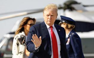 18日、イースター休暇でフロリダの別荘に向かうトランプ大統領=AP