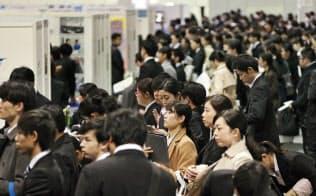 3月1日の解禁日に合同企業説明会に参加する大学生ら(大阪市)