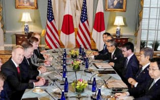 19日、ワシントンで開かれた日米の外務・防衛担当閣僚協議に出席した(左手前から)米国のシャナハン国防長官代行、ポンペオ国務長官と、(右手前2人目から)岩屋防衛相、河野外相=ロイター