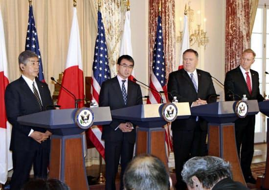 日米2プラス2を終え、記者会見する河野外相(左から2人目)ら(19日、ワシントン)=共同