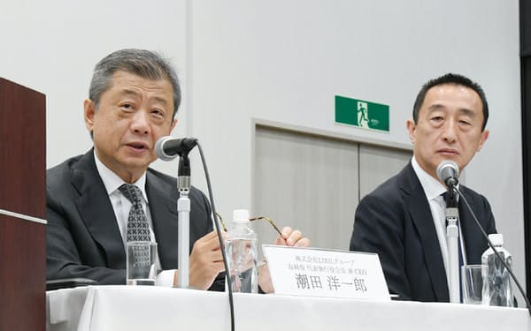 記者会見するLIXILグループの潮田洋一郎会長兼CEO(左)と山梨広一社長兼COO(18日、東京都港区)