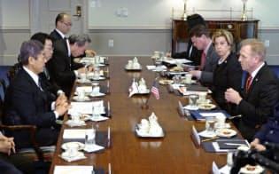 19日、シャナハン米国防長官代行(右端)と会談に臨む岩屋防衛相(左端)ら(米ワシントン郊外の国防総省)=共同
