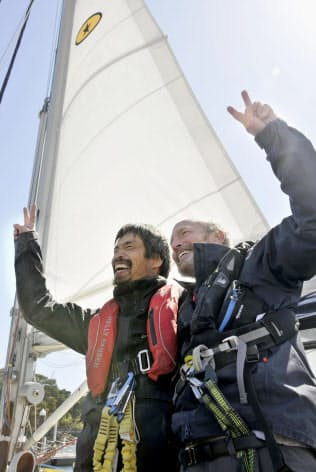 米国西海岸から小型ヨットで太平洋を横断し、小名浜港に到着した岩本光弘さん。右は同乗した米国人男性(20日午前、福島県いわき市)=共同