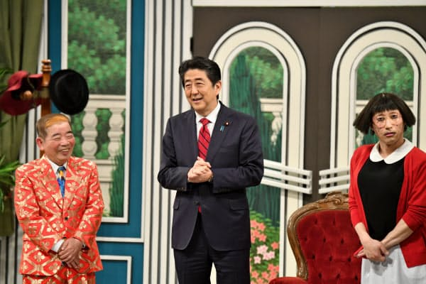 吉本新喜劇に出演した安倍晋三首相(20日、大阪市の劇場『なんばグランド花月』)=よしもとクリエイティブエージェンシー提供