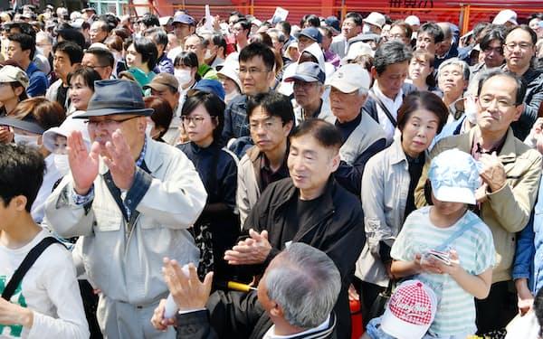 選挙戦最終日、候補者の演説を聞く有権者ら(20日、大阪府四條畷市)