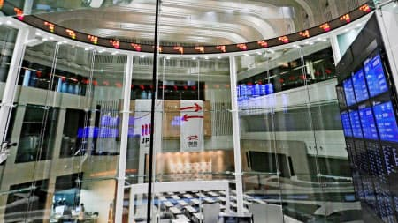 日本株市場は欧米主要市場に比べ営業日数が少ない(東京都中央区の東証アローズ)