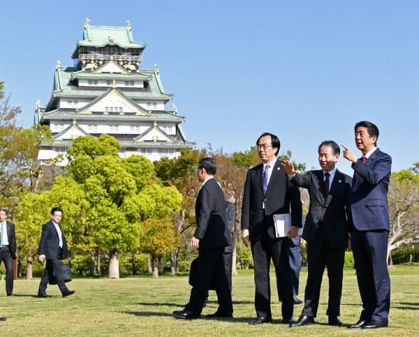 G20首脳会議に向けて大阪城西の丸庭園を視察する安倍首相(20日、大阪市中央区)