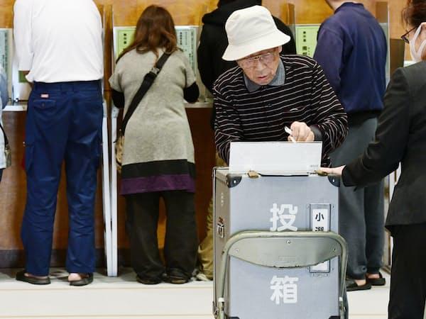 衆院大阪12区補欠選挙で投票する有権者(21日、大阪府寝屋川市)