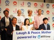 新事業開始を発表したNTTの澤田純社長(後列右)や吉本興業の大崎洋会長(後列右から2番目)など(21日、那覇市)