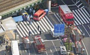 市営バスが歩行者を多数はね、騒然とする神戸市のJR三ノ宮駅付近(21日午後2時49分、共同通信社ヘリから)