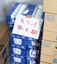 張り紙がされた液体ミルク(2018年9月、北海道安平町)=共同
