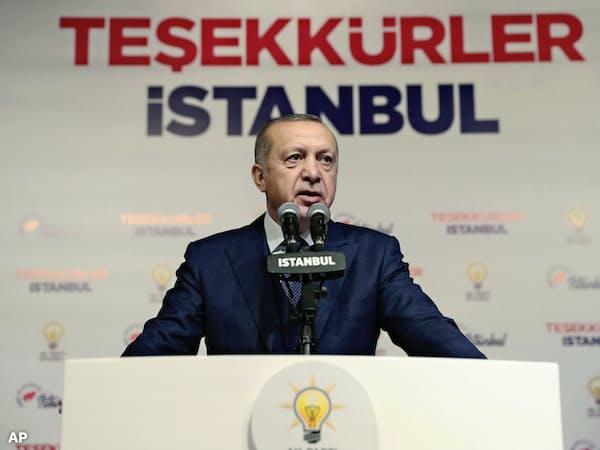 トルコはエルドアン政権の対米関係の悪化も通貨リラ売りを誘う(演説するエルドアン大統領)=AP