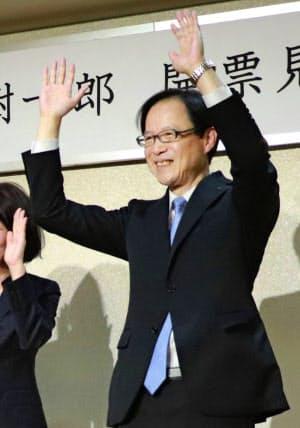 大分市長選で再選を決め、万歳する佐藤樹一郎氏(21日、大分市)=共同