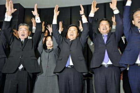 21日、水戸市長選で3選を決め、万歳する高橋靖氏(中央、水戸市)=共同