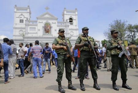 爆発があった教会周辺で警備にあたる軍兵士(21日、スリランカ・コロンボ近郊)=AP