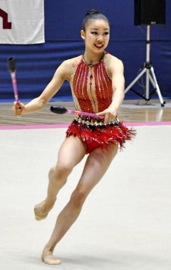 個人総合後半 クラブの演技をする柴山瑠莉子(21日、高崎アリーナ)=共同