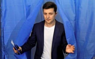 21日、首都キエフで投票するゼレンスキ候補=ロイター