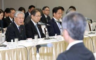 「採用と大学教育の未来に関する産学協議会」であいさつする経団連の中西会長(左)=22日午前、東京・大手町