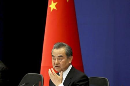 一帯一路などを強気に進める中国の姿勢が西側諸国の結束をもたらしているという(記者会見する王毅外相)=AP