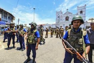 爆発があった教会周辺で警備にあたる治安関係者(21日、スリランカ・コロンボ)=AP