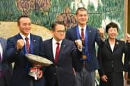 愛知県の大村秀章知事と記念撮影する東邦高校の選手ら(22日、名古屋市中区)