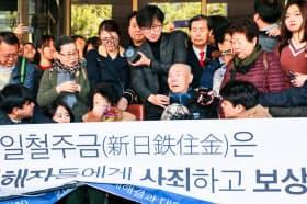 韓国大法院(最高裁)の判決を喜ぶ原告ら(2018年10月30日、ソウル)