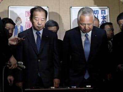 衆院選の補欠選挙の結果についての取材を終え、一礼する自民党の二階幹事長(左)と甘利選対委員長(21日夜、東京・永田町の党本部)=共同