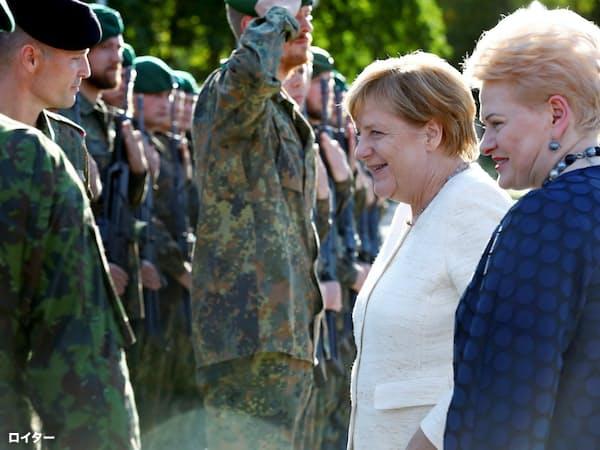 NATOの一員としてリトアニアに派遣されたドイツ部隊を視察するメルケル首相(右から2人目)=ロイター