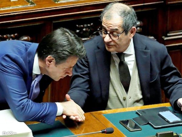 イタリアの財政不安はなおくすぶる(2019年予算案の採決時、閣僚と握手するコンテ首相=左=、伊下院で)=ロイター