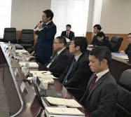 スポーツ審議会の部会で発言する鈴木大地スポーツ庁長官(左)(22日、東京・霞が関)