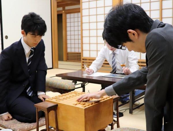 昨年準決勝の斎藤(右)―藤井戦。この1局を制した斎藤が王座まで駆け上がった(2018年7月、大阪市)