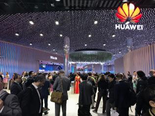 ファーウェイの1~3月期は、欧州や中国でスマートフォンの出荷が伸びた(2月、スペインの見本市での同社展示)