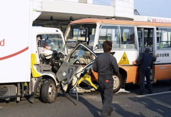 国道で衝突したトラックと送迎バス(22日、熊本市中央区)