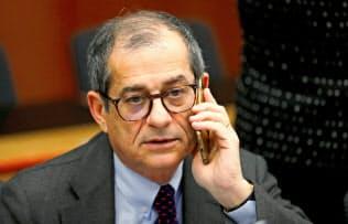 イタリア財政のかじ取りを担うトリア財務相(19年1月、ブリュッセル)=ロイター