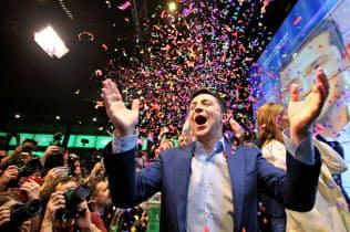 当選が確実となり喜ぶゼレンスキー氏(21日、キエフ)=ロイター