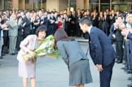 職員に見送られながら道庁を後にする高橋知事(22日、北海道庁)