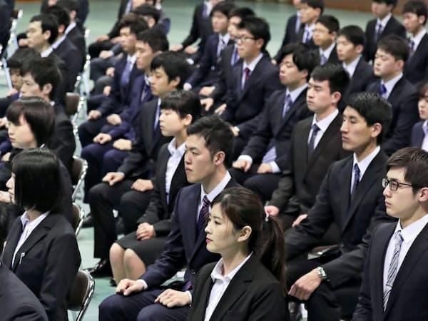 九電が開いた入社式に出席した今春入社の新入社員(1日、福岡市)