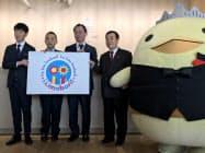 ブランド戦略のロゴマークを発表する佐藤可士和さん(左)ら(今治市)