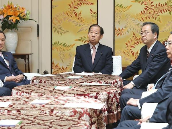 政府・与党協議会に臨む(左から)菅官房長官、自民党の二階幹事長ら(22日、国会内)