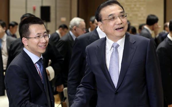 中国の李克強首相と握手し、中央政府と親密ぶりをアピールするバイトダンスの張CEO(左)。(張CEOの微博から)