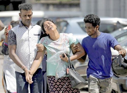 22日、スリランカの最大都市コロンボで、嘆き悲しむ連続爆破テロ犠牲者の親族=ロイター
