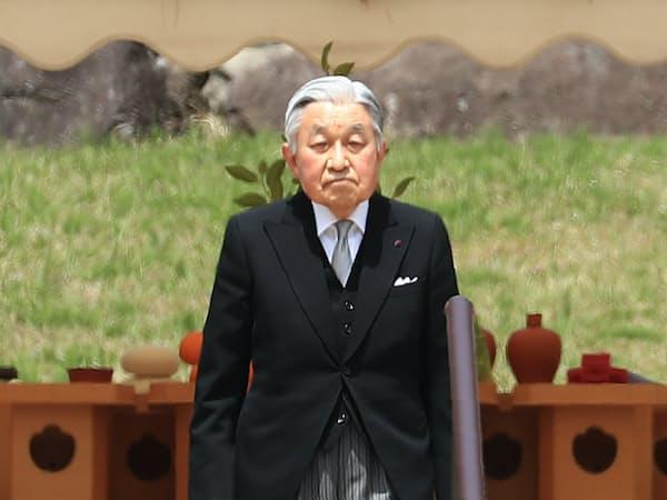 武蔵野陵を参拝した天皇陛下(23日午前、東京都八王子市)
