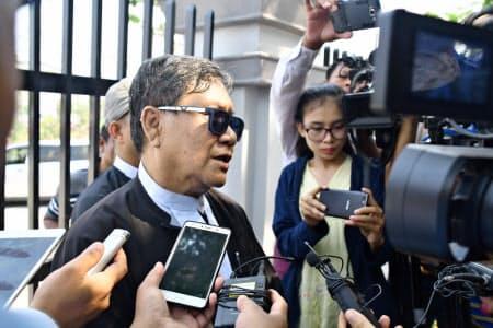23日、ミャンマー最高裁判所前で記者団の取材に応じるロイター通信側弁護士(ネピドー)