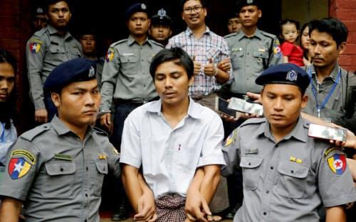 最高裁判決で有罪が確定したロイター通信のチョー・ソウ・ウー記者とワ・ロン記者(2018年、ヤンゴン)=ロイター