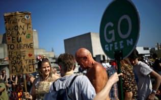 環境保護団体「絶滅への反逆」が21日、ロンドン市内各地で抗議活動を展開し交通が混乱した=ロイター