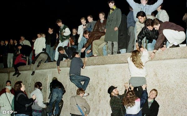 平成元年(1989年)にベルリンの壁が崩壊し、冷戦が終結した=ロイター