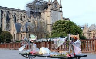 ノートルダム寺院近くの橋の上のベンチには花束が置かれていました(22日)