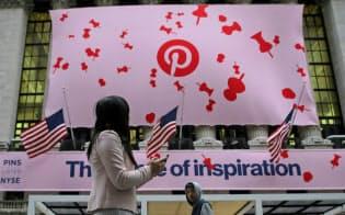 18日、ニューヨーク証券取引所に掲げられた、米ピンタレストの上場を祝う垂れ幕=ロイター