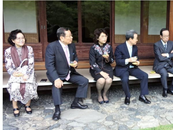 左から駐日韓国、中国大使夫妻。右から筆者を挟み福田元首相夫妻(住友有芳園で)