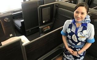 全日空がA380の内部を公開。ファーストクラスはドア付きの個室型シートを採用した(23日、成田空港)